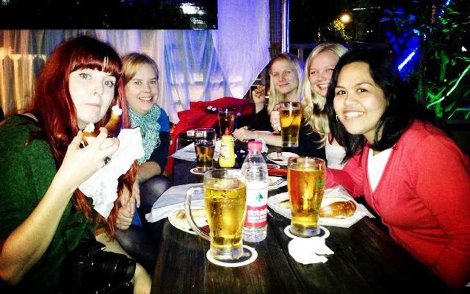 Hanna mit ihren Freunden in einer Bar