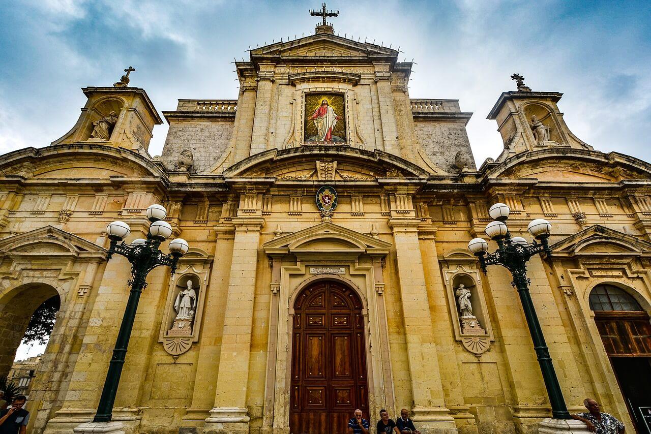 Verschiedene Kulturen Maltas in einer Kirche vereint