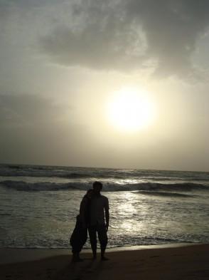 Jenny und ihr Freund am Strand von Goa