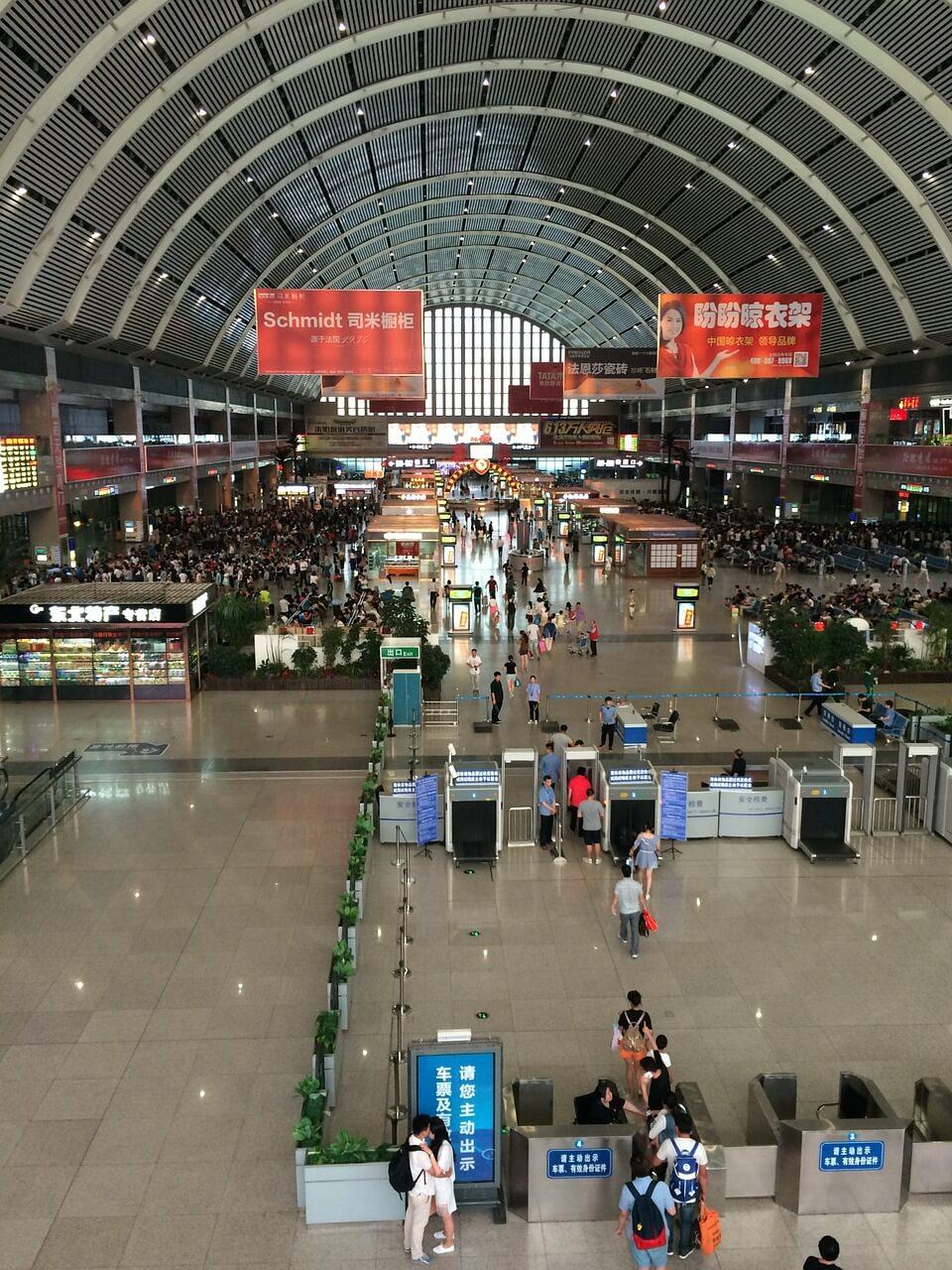 Blick in eine moderne Bahnhofshalle in Shenyang
