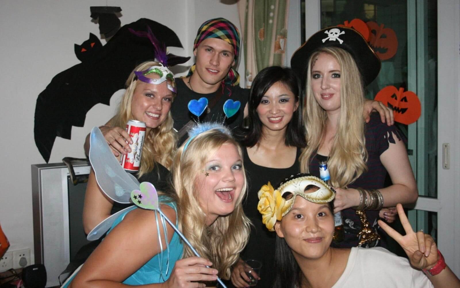 Hanna und ihre Freunde verkleidet an Halloween