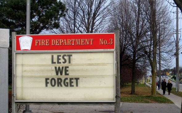 Schild mit den Worten »Lest we forget«