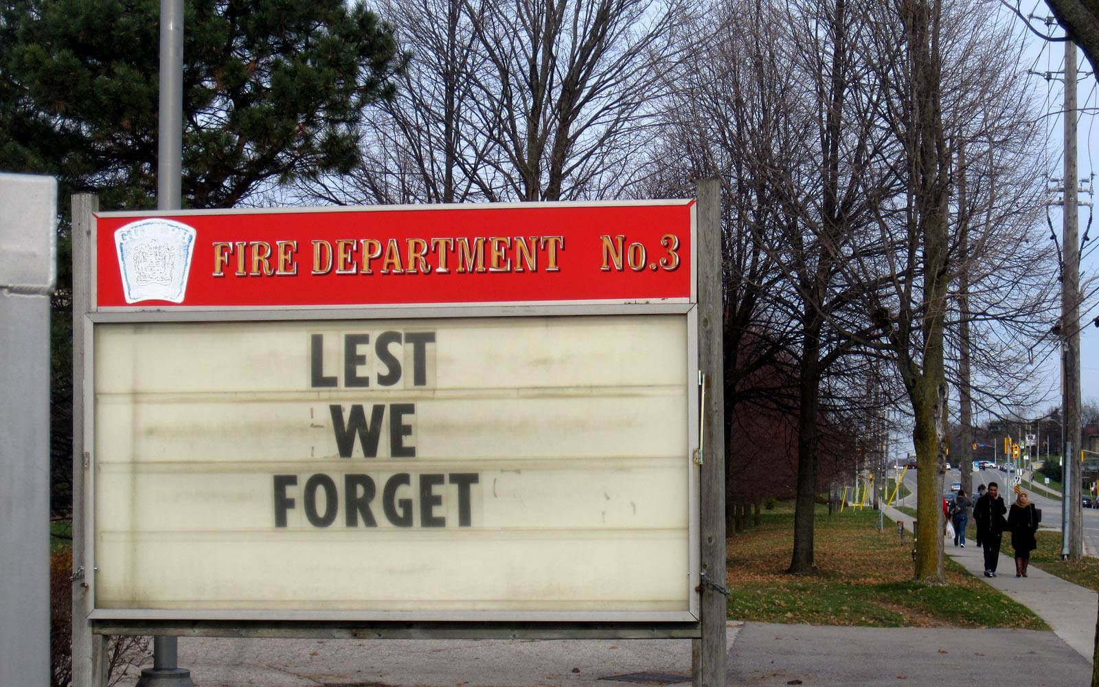 Schild mit den Worten »Lest we forget«