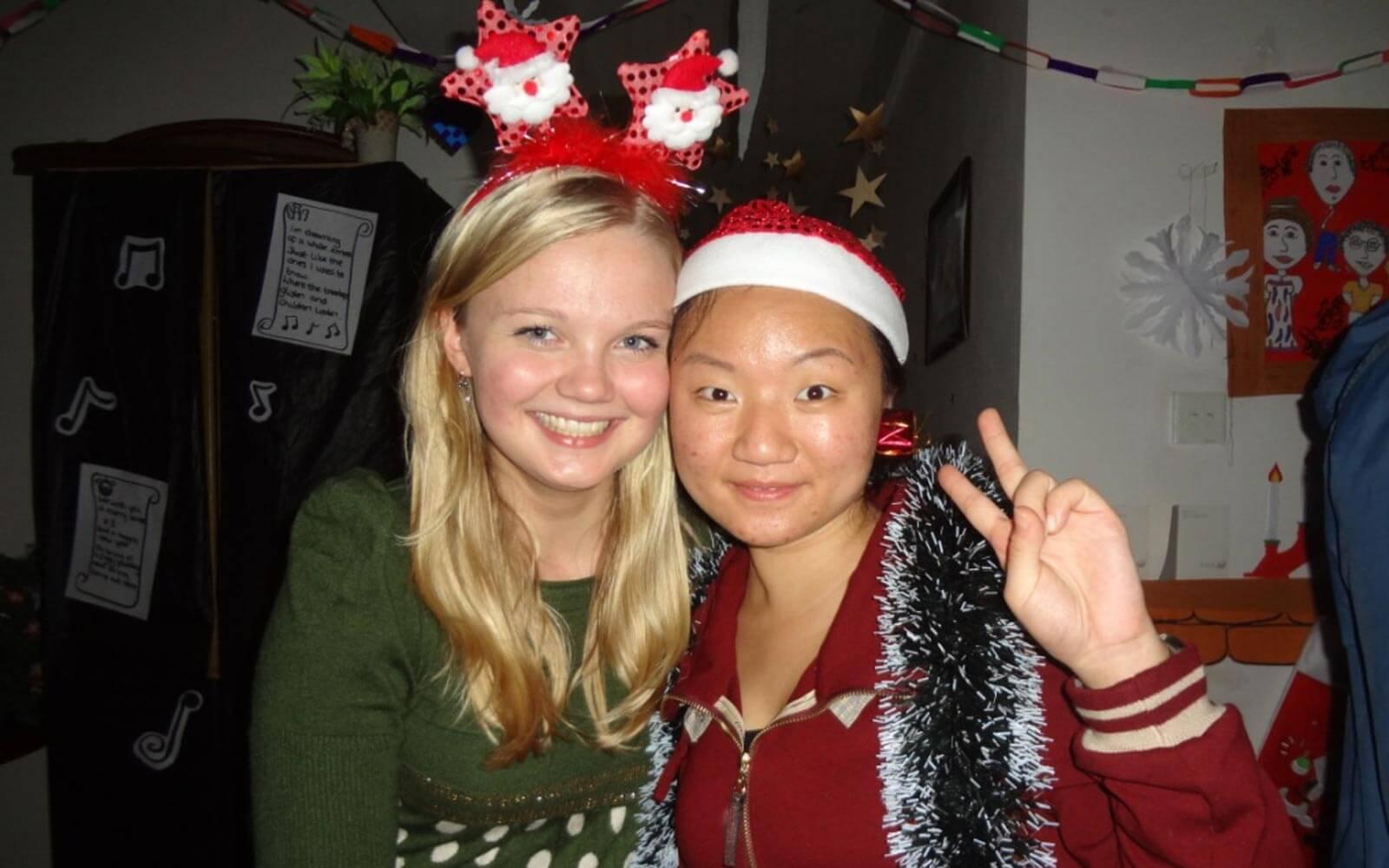 Hanna mit einer Freundin und Weihnachtsschmuck auf dem Kopf