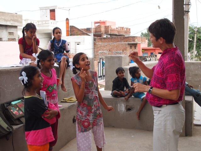 Eva übt mit ein paar Schülern Englisch zu sprechen