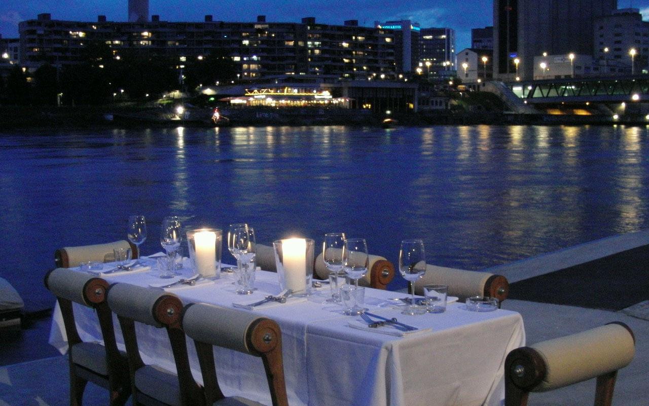 Gedeckter Tisch an der Themse