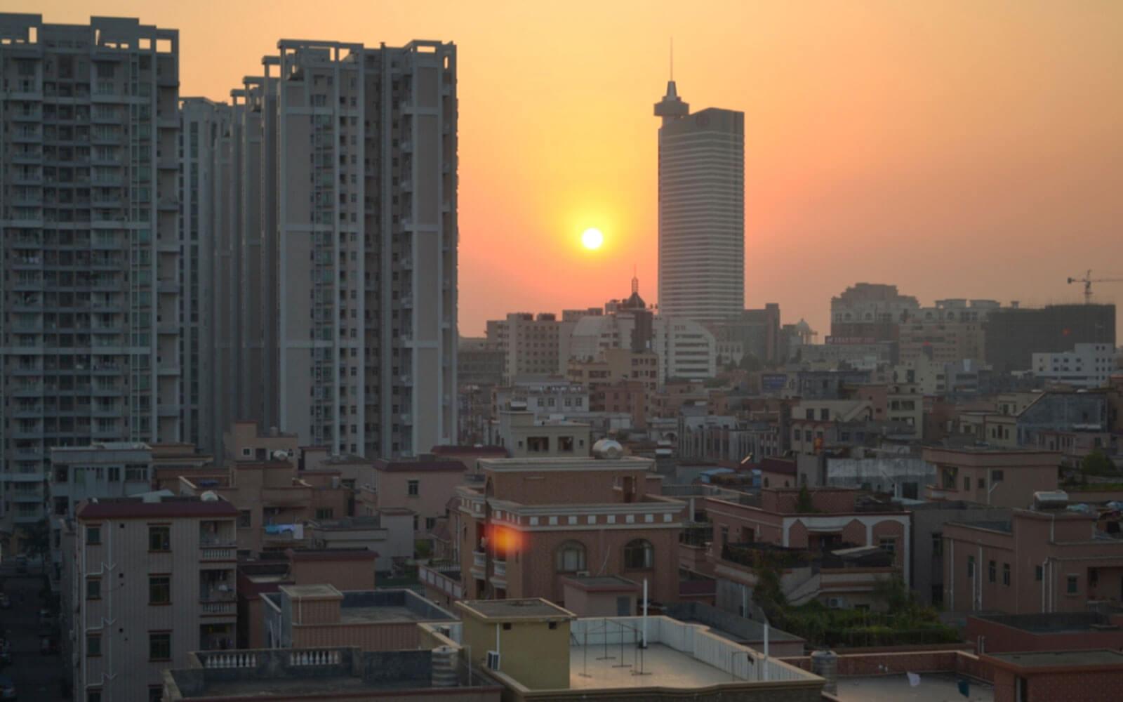 Sonnenuntergang vor der Skyline Dongguans