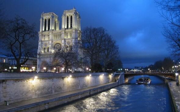 Paris: Notre Dame bei Nacht