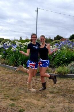 Laura mit einer Freundin in Australien-Shorts