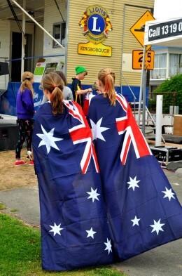Zwei Mädchen mit Australienfahnen