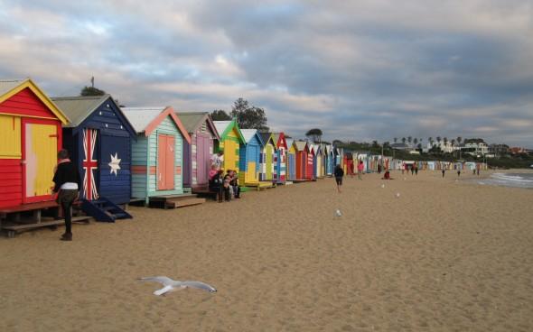 Strand mit bunten Hütten in Australien