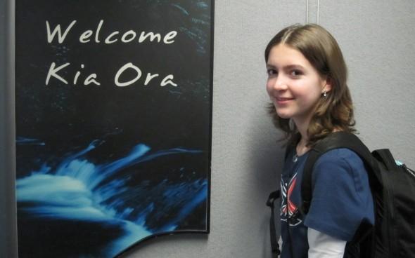 Nina vor einem »Kia Ora«-Schild