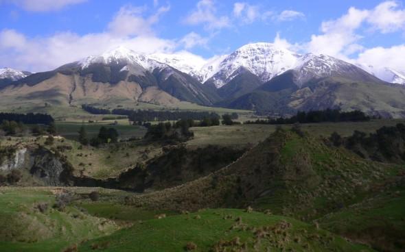 Neuseelandische Berge im Frühling