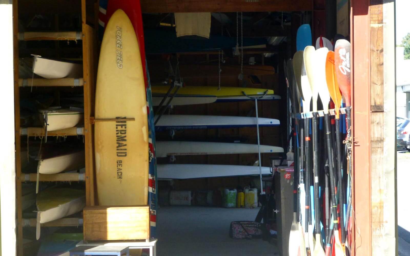 Surfzubehör in einem Schuppen