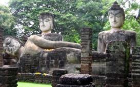 Alte Statuen vor einem Tempel auf Sri Lanka