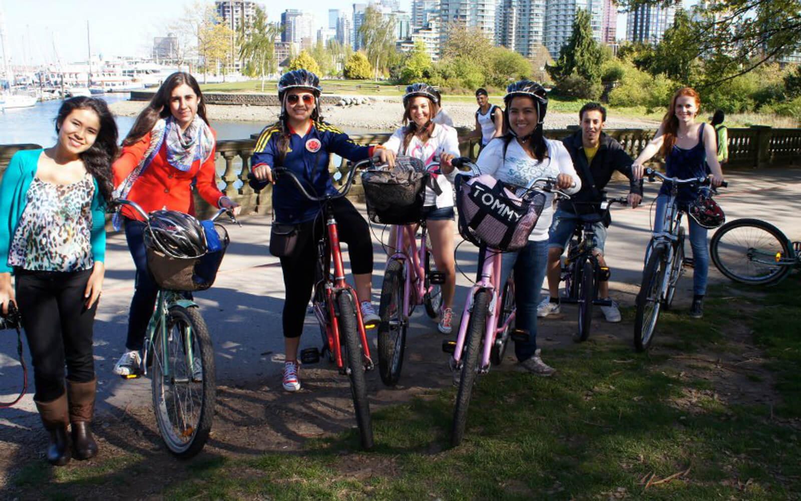Simone mit ihren Freunden auf Fahrrädern