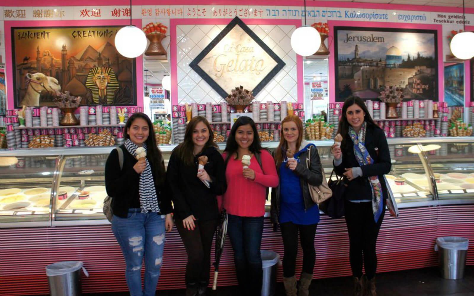 Simone und Freunde beim Eisessen