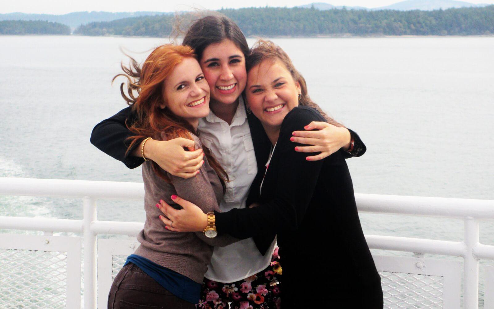 Simone mit ihren Freundinnen am Meer