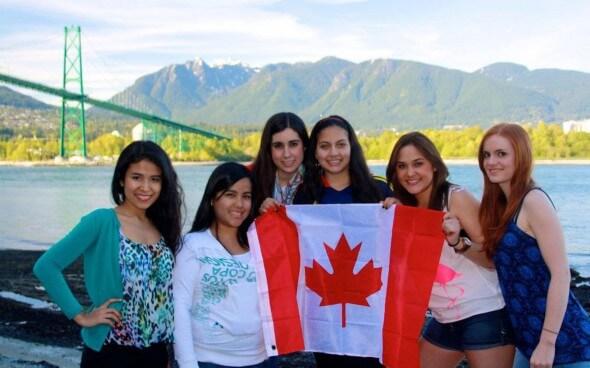 Simona und ihre Freunde mit der Stanley Parl Flag