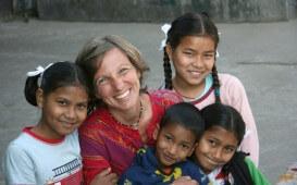 Freiwillgenarbeit in Nepal_Karin Feiler und die Kinder