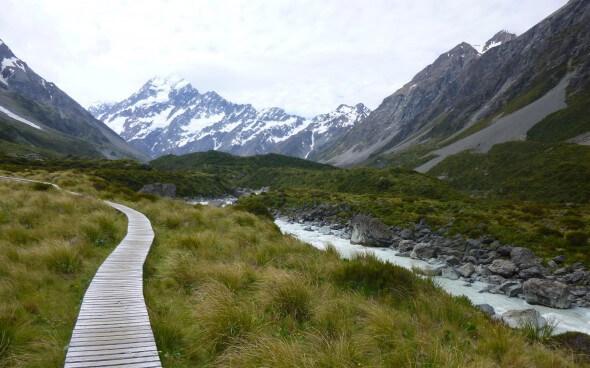 Wunderschöne Gebirge und Bäche in Neuseeland