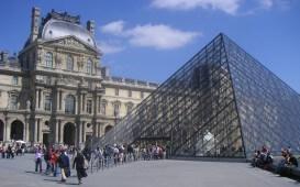 Auslandsaufenthalt in Frankreich: Vor dem Louvre in Paris