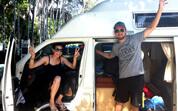 Pärchen in ihrem Campervan
