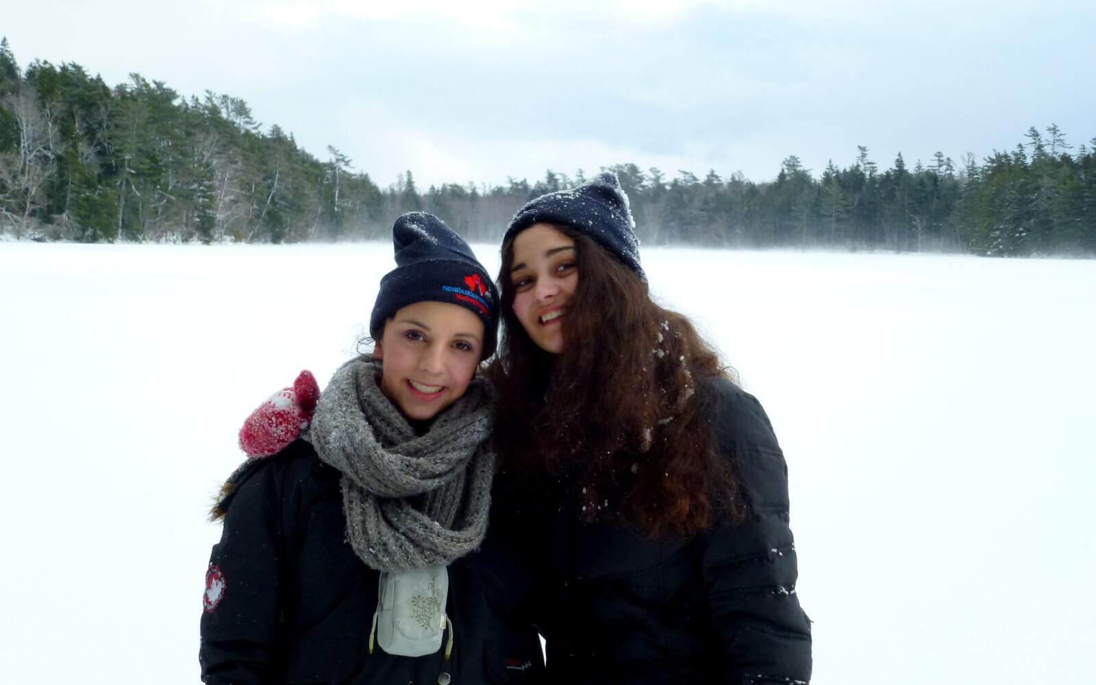 Laura mit einer Freundin vor einer Schneelandschaft