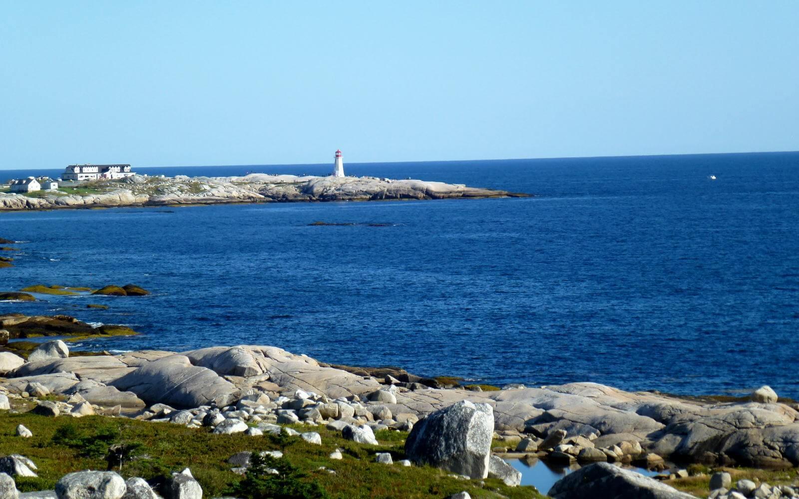 Blick auf einen kanadischen Leuchtturm an der Küste