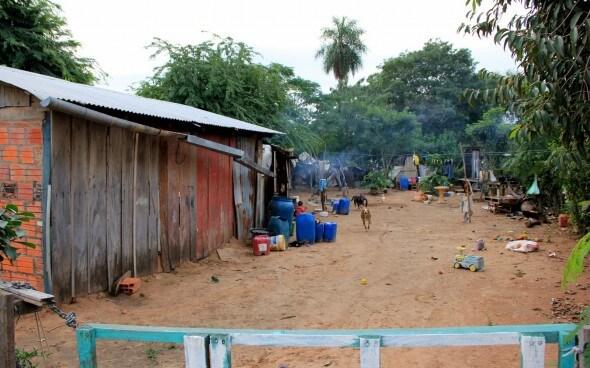Freiwilligenarbeit: Haus mit Regenrinne im Chaco