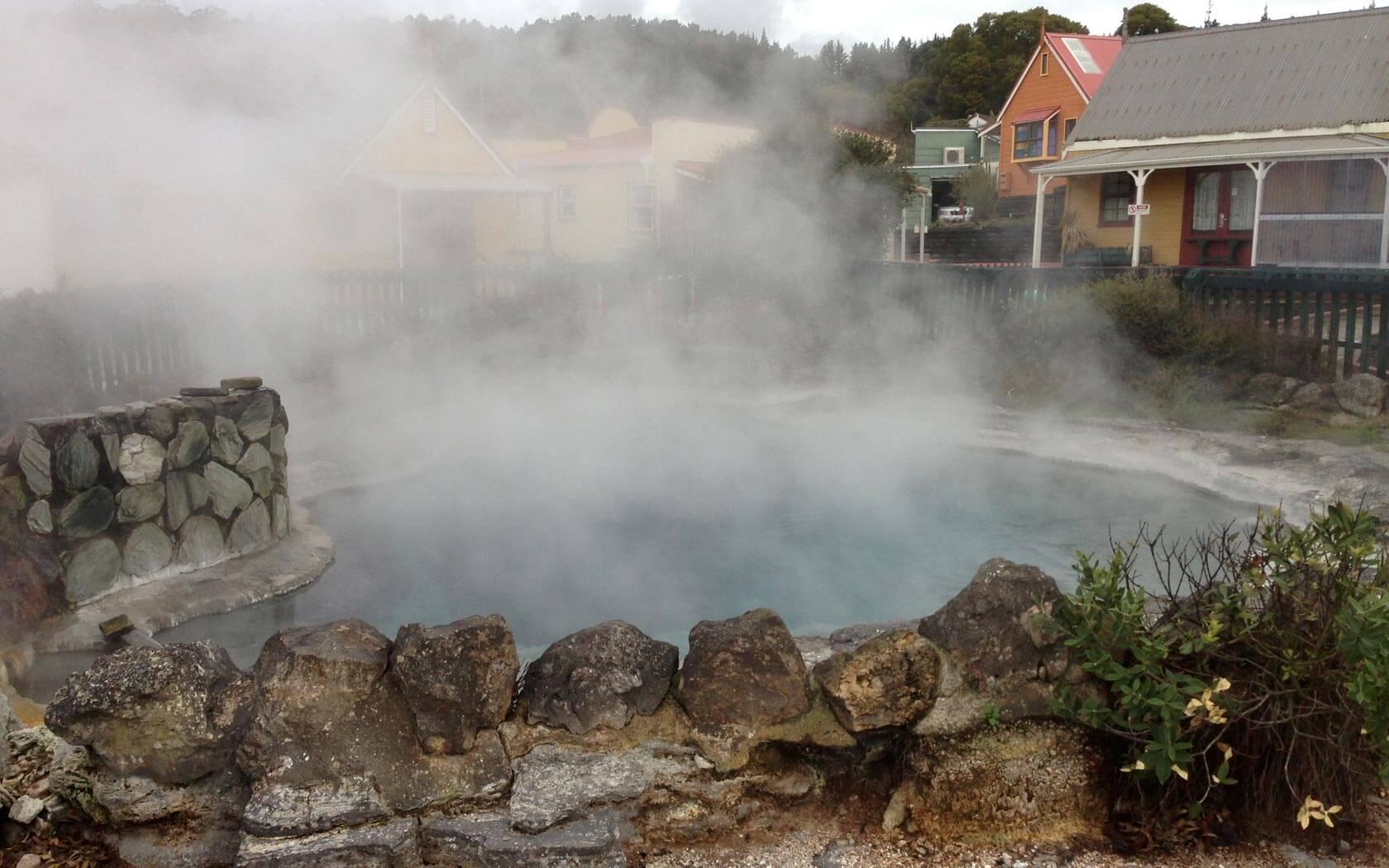 Blick auf eine heiße Quelle in Rotorua