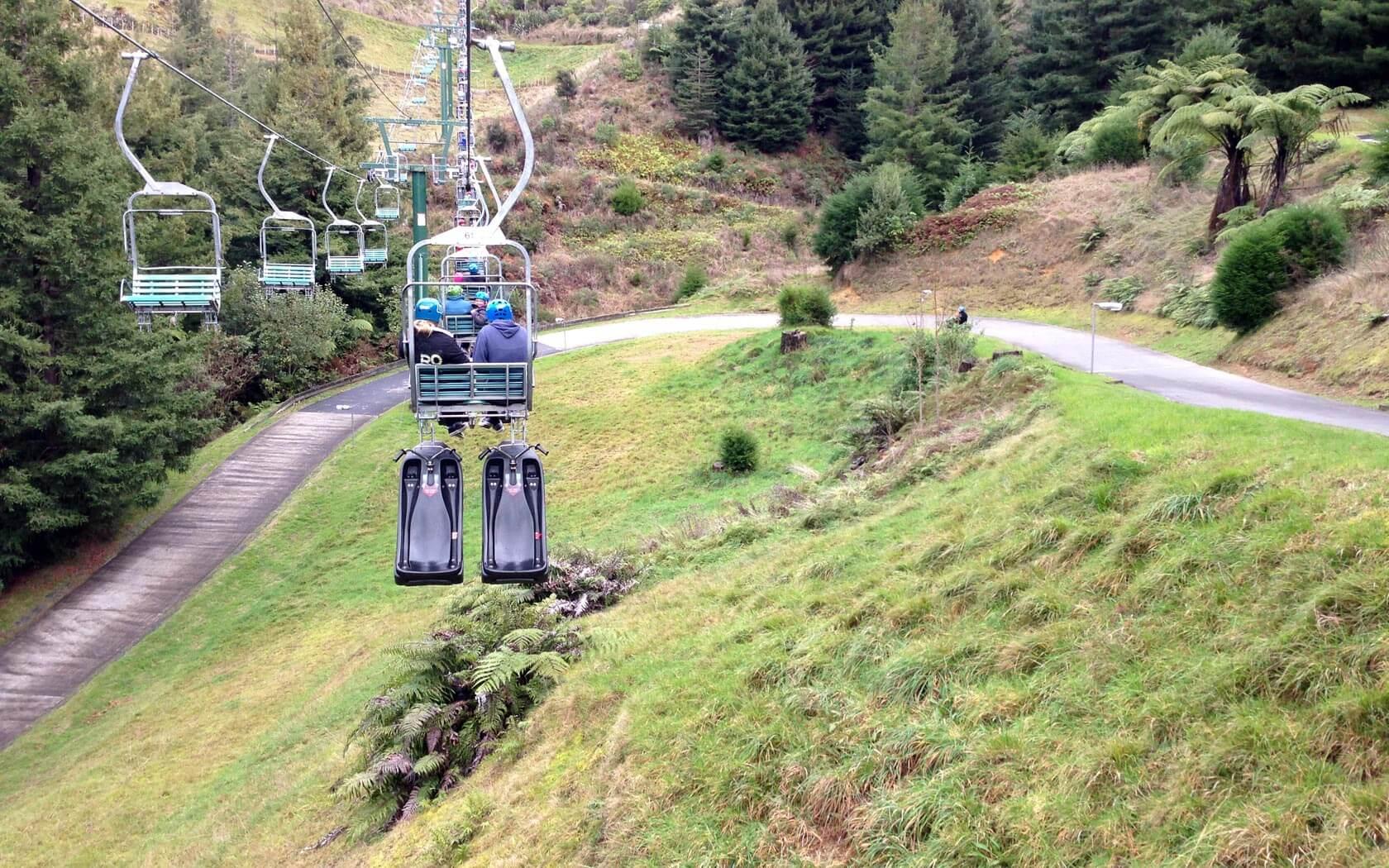 Ein Sessellift fährt bei Rotorua den Berg hinauf