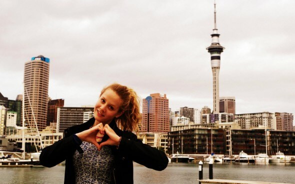 Linda vor der Skyline von Auckland