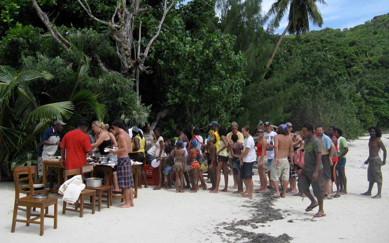 Menschen am Strand des Meeresschutzprojekts