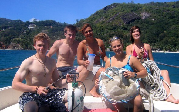 Einige unserer Freiwilligenarbeitler auf einem Boot
