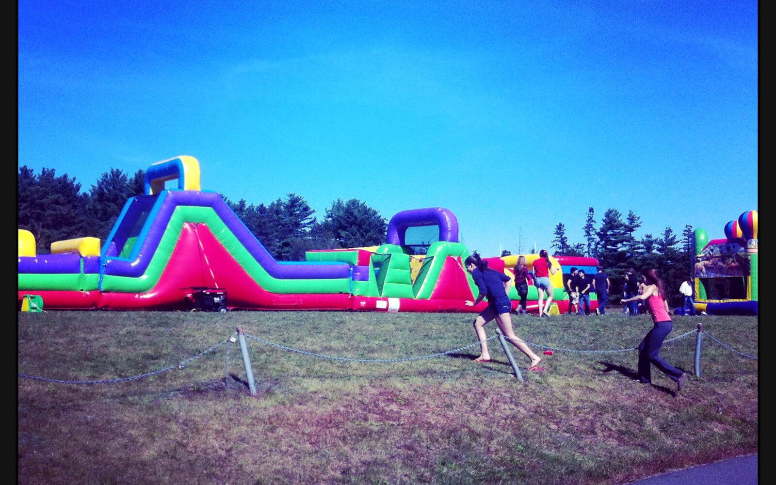 Die Hüpfburg des Westleys Welcome Fests an Lenas Schule