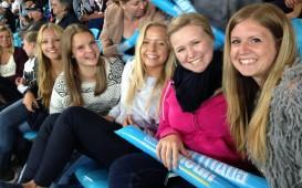 Erfahungsbericht High School Australien: Laura und ihre Freundinnen im Stadion