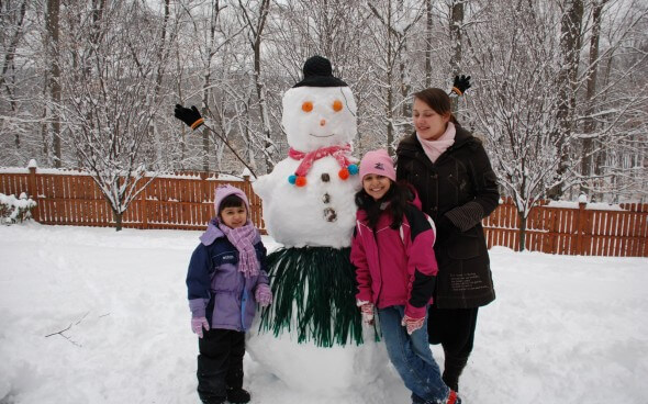 Schneemannbauen mit den Gastgeschwistern