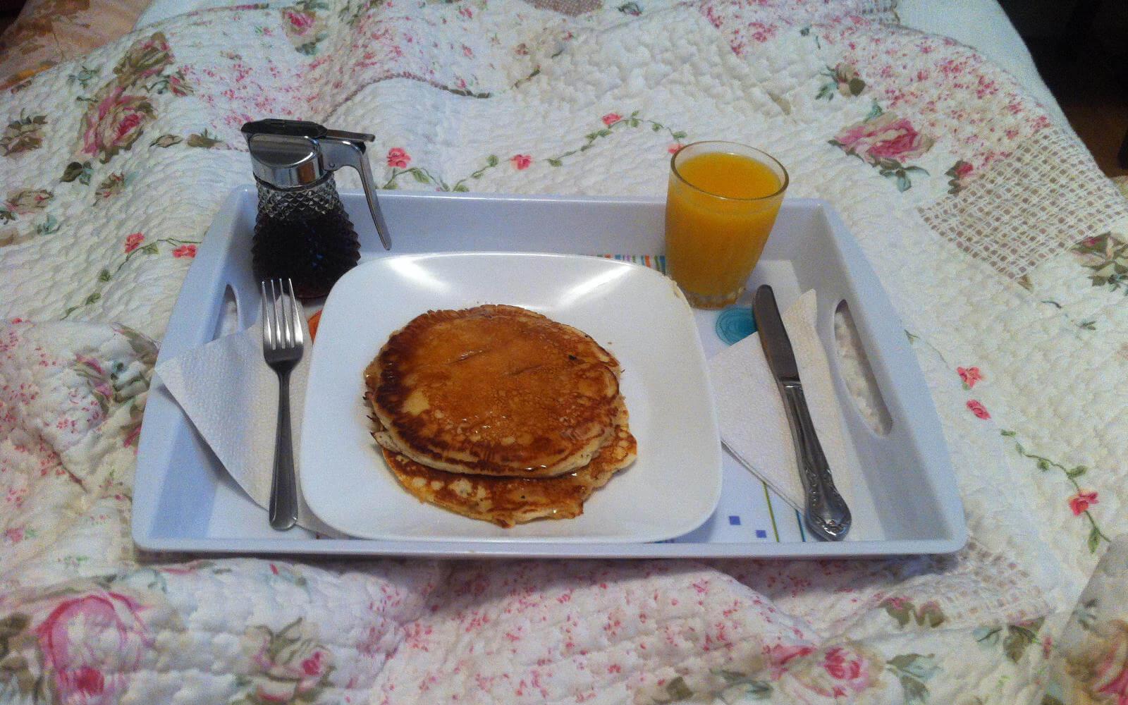 Leckere Pancakes auf einem Tablett