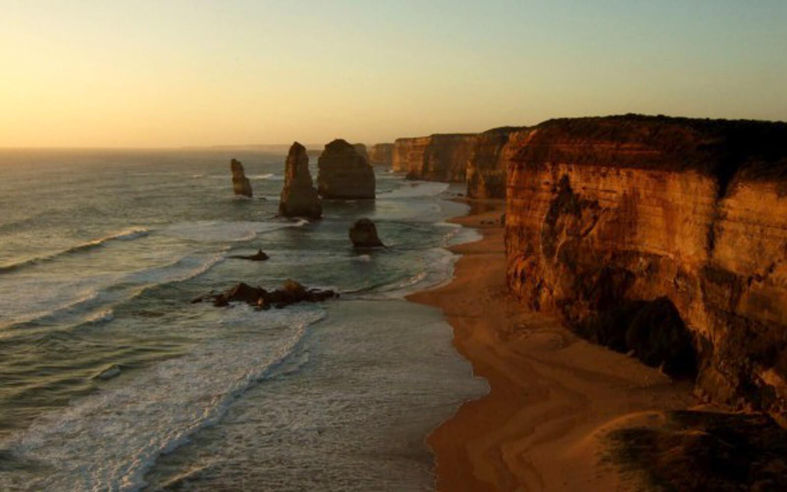 Steilküsten am Meer bei Sonnenuntergang