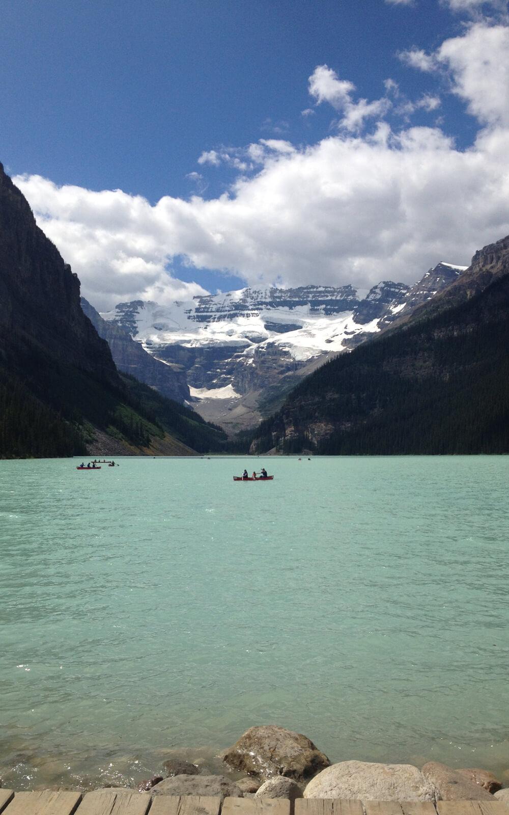 Boote auf einem kanadischen Gebirgssee