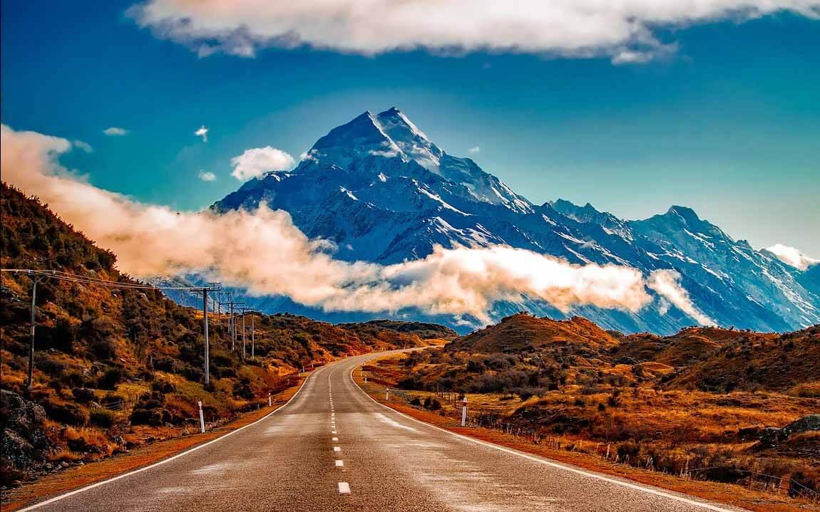 Straße in neuseeländischer Berglandschaft