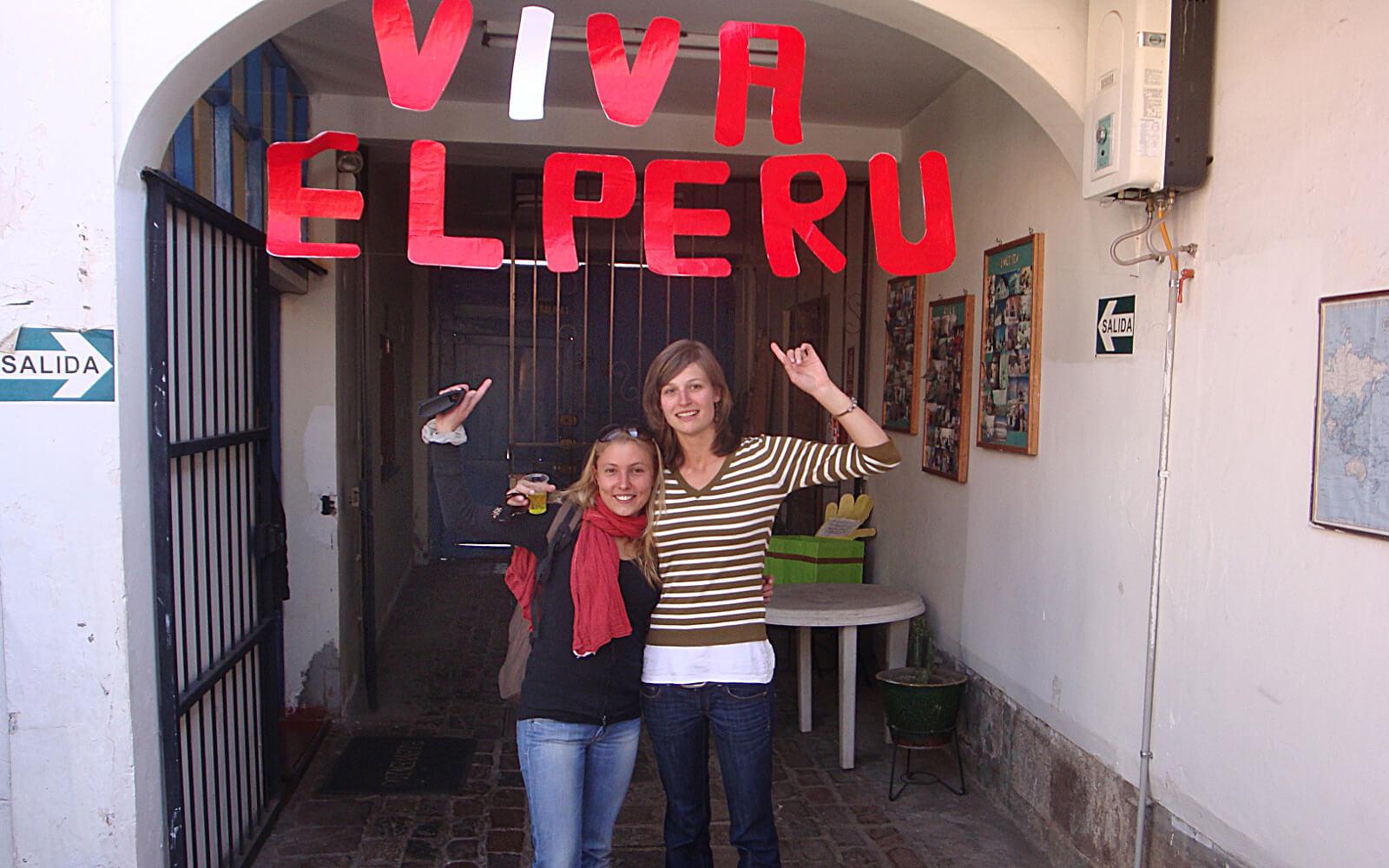Katrin unter einem »Viva el Peru«-Schild