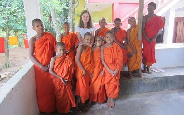 Corinna bei den Kinder-Mönchen