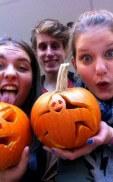 Halloween mit geschnitzten Kürbissen