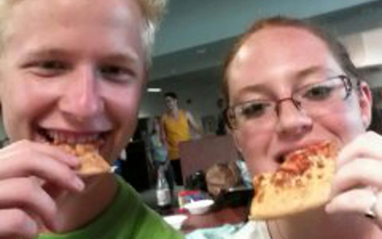 Malte beim Pizza Essen mit einer Freundin