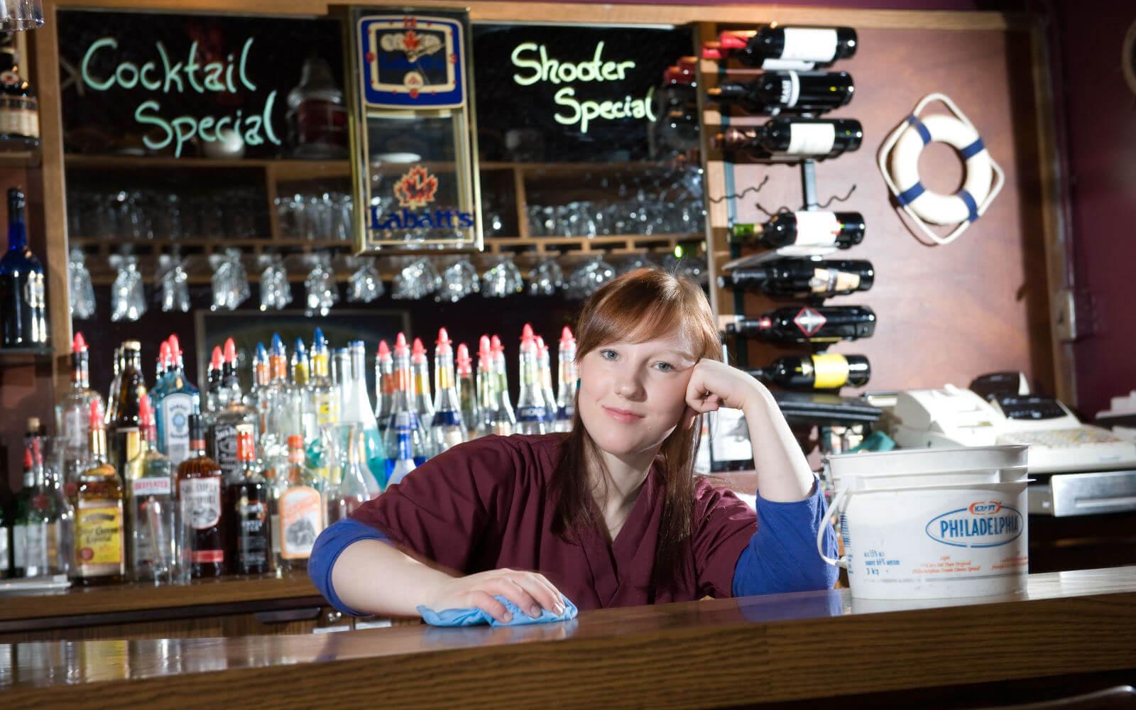 Mädchen, welches an einer Bar arbeitet