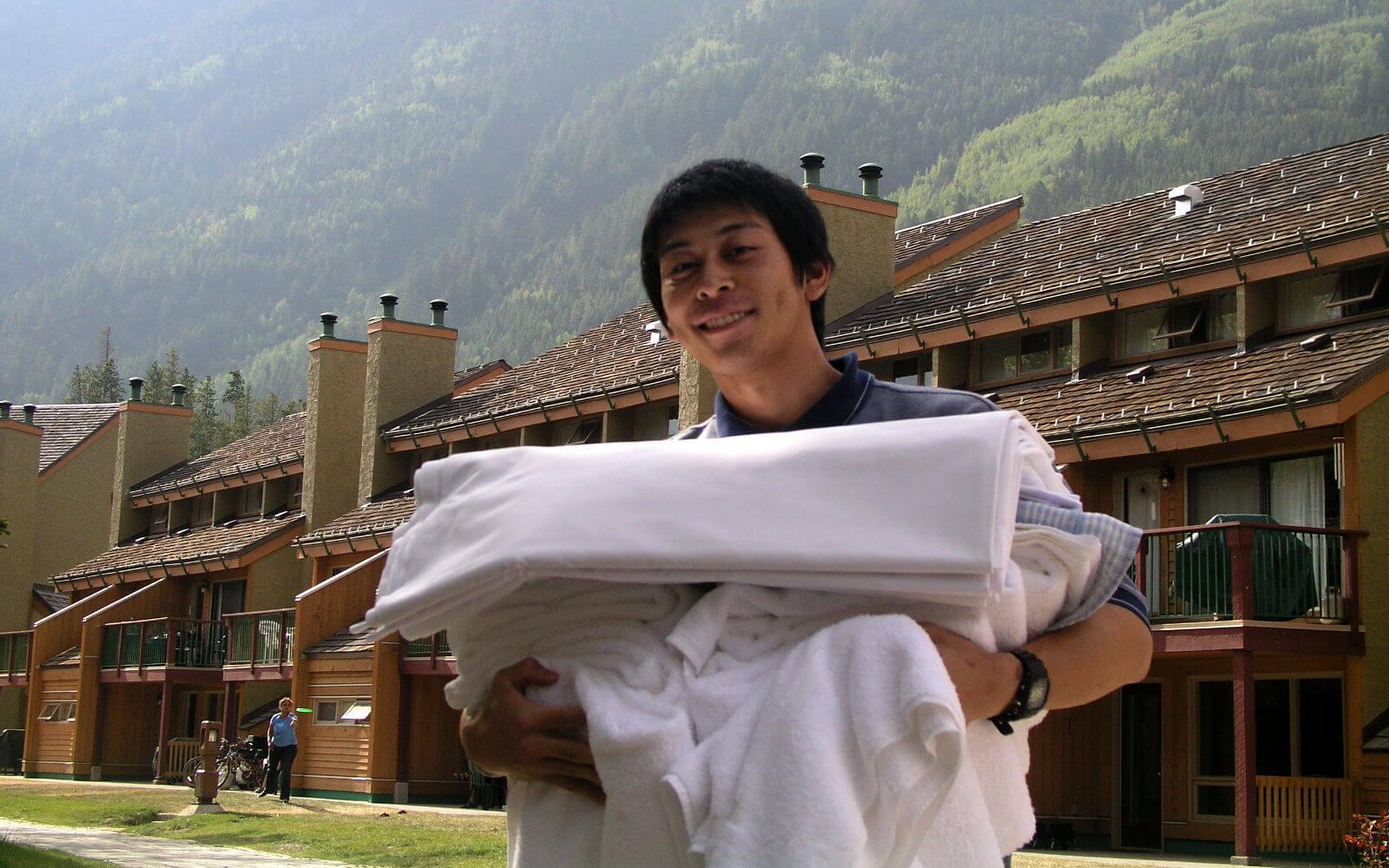Hotelfachkraft mit Bettwäsche