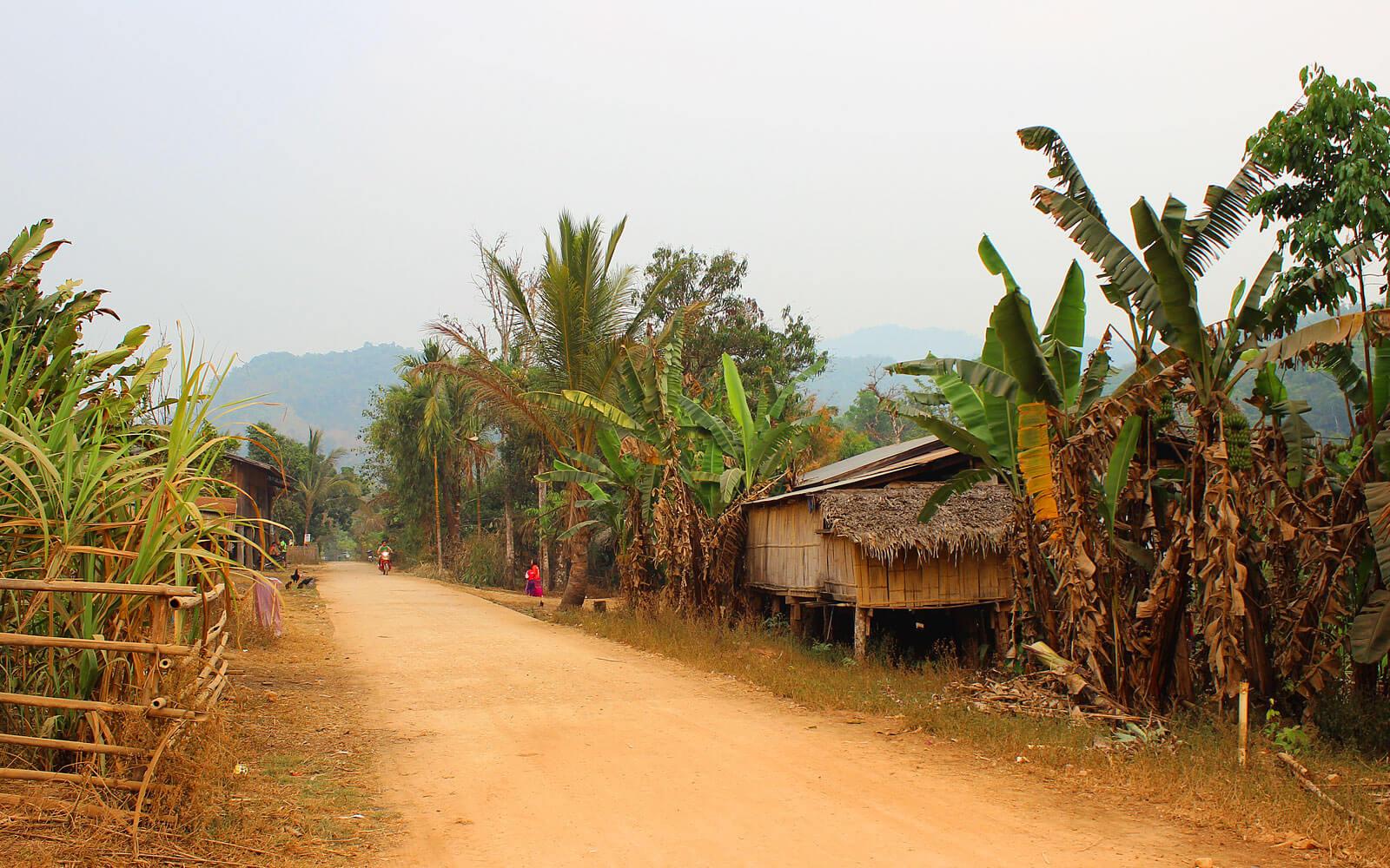 Starße zwischen Urwald und kleinen Dörfern