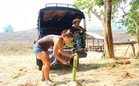 Malina in Asien_Wiebke beim Bananenschneiden